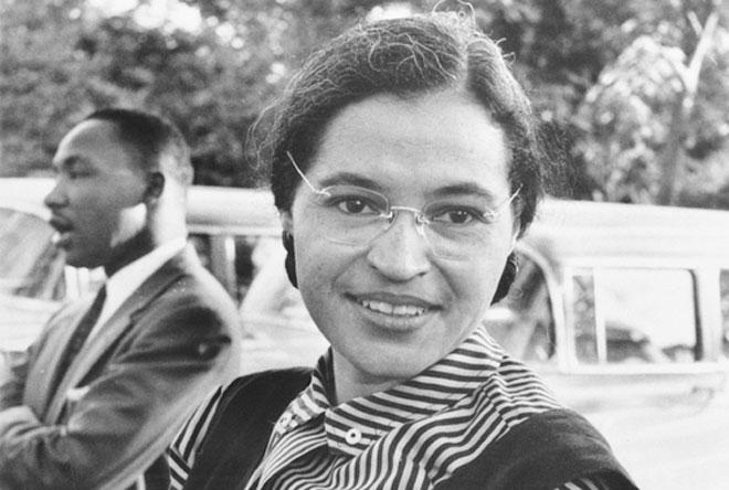 Rosa Parks, med Martin Luther King i bakgrunden