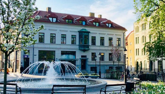 Historiska Medias lokaler ligger i en vacker vit byggnad på Bantorget i Lund.