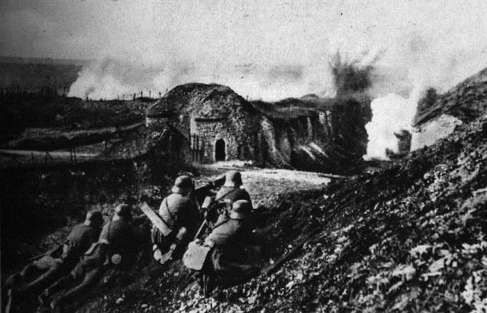 Verdun 1916: Tyska soldater utanför Fort Vaux