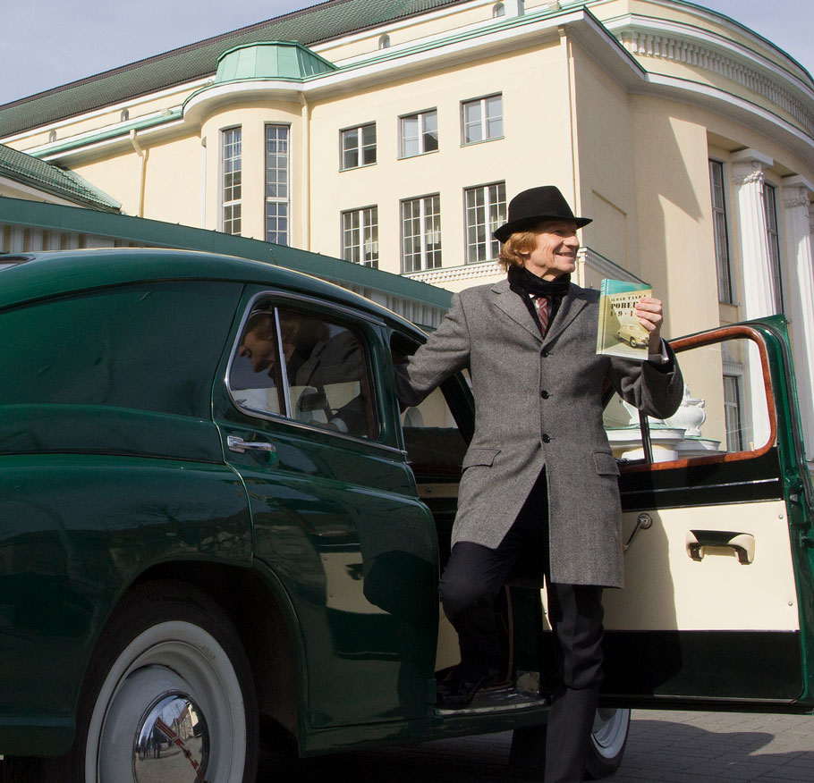 Ilmar Taska med sin bok Pobeda (Mannen i bilen)