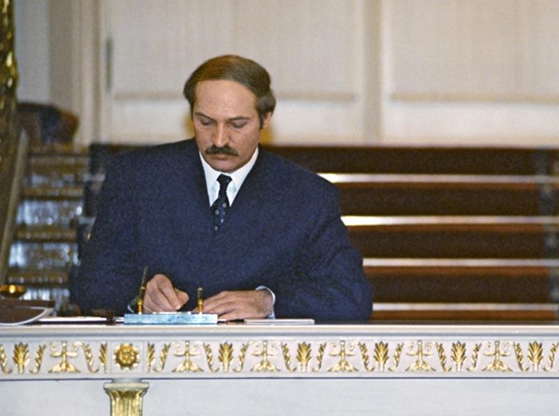 Aleksandr Lukasjenko signerar den belarusisk-ryska unionen, 1997