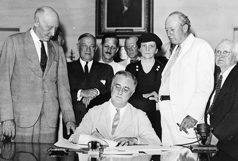 The New Deal - president Roosevelt signerar Social Security Act