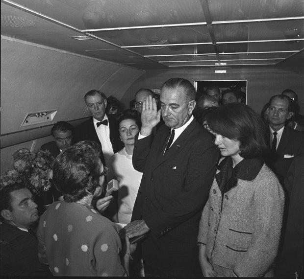Kennedymordet - Lyndon B. Johnson avlägger presidenteden på Airforce One.